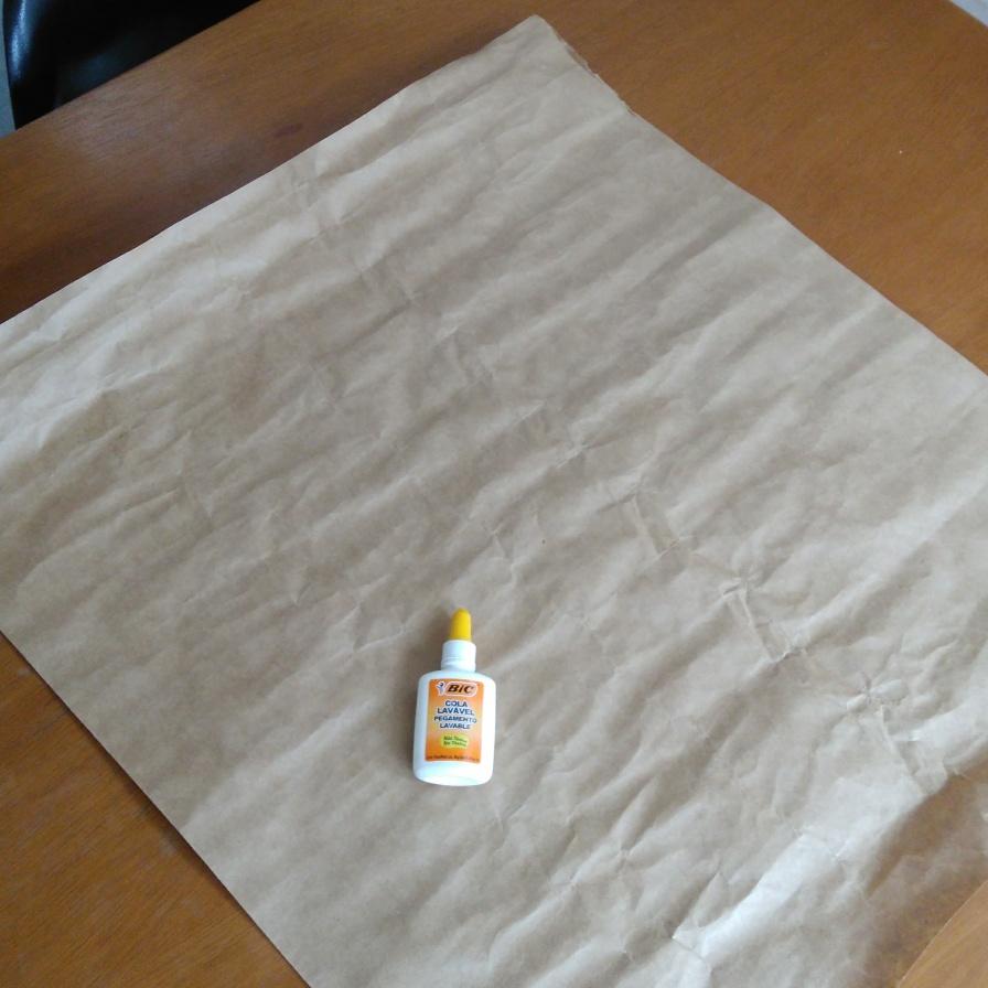 corte um pedaço retangular do papel Kraft